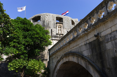 Pilská brána Pilská brána je soustava opevnění s několika bránami, pevností Bokar a suchého příkopu, který se táhne kolem vnější části Dubrovnických hradeb. Pilská brána je hlavní branou na západní straně Dubrovníka. K Pilské bráně vede přes suchý příkop kamenný most se dvěma gotickými oblouky, který navrhl architekt Paskoj Milicevic v roce 1471. Součástí tohoto mostu je i dřevěná část, která slouží jako padací most.