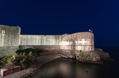 """Pevnost Bokar Pevnost Bokar, někdy nazývaná """"Zvejzdan"""", je považována za nejkrásnější ukázku pevností architektury. Bokar byl postaven jako dvoupodlažní kasematní tvrz architektem Michelozzem v letech 1461-1463, v průběhu rekonstrukce Dubrovnických hradeb. Pevnost byla koncipována jako klíčový obraný bod starého přístavu a Pilské brány."""