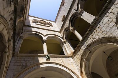 Palác Sponza Palác Sponza je postaven ve směsici pozdní gotiyk a rané renesance podle návrhu Paskoje Miličeviče, který je rovněž autorem sakrisitie Dominikánského kláštera. Stavba paláce byla zahájena roku 1516. Palác původně sloužil jako celnice, místo kam se sváželo zboží z celého světa a vybíraly celní poplatky. Dnes se v atriu paláce nachází umělecká galerie a v jednom z křídel se nachází i pozůstatky státní mincovny Dubrovnické republiky. Ta sice byla založena již před postavením paláce, ve 14. století, ale později sem byla přemístěna. Do konce 16. století se Sponza palác stal ústředním kulturním centrem Dubrovnické republiky.