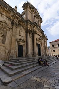 Katedrála Nanebevzetí Panny Marie v Dubrovníku Katedrála Nanebevzetí Panny Marie (chorvatsky: Katedrala Velike Gospe, Katedrala Marijina Uznesenja) je římskokatolická katedrála uprostřed starého Dubrovníku. Je zároveň i sídlem diecéze Dubrovník. Katedrála je postavena na místě bývalých chrámů postavených v 6. až 12. století. Dnešní podobu získala katedrála po velikém zemětřesení v roce 1667. Katedrála má tři vysoké lodě, tři apsidy a barokní kupuli. Hlavní oltář zdobí polyptych, pravděpodobně z roku 1552, od věhlasného  malíře Tiziana, který zobrazuje Nanebvzetí Panny Marie.