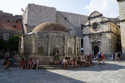 Velká Onofriova fontána Onofriova  fontána je pojmenována podle architekta Onofriala della Cavy. Ten byl ve 30 letech 15. století pověřen vybudování vodovodní sítě v Dubrovníku. Stavba však začala až roku 1463 v městečku Šumet, odkud se voda dopravovala do Dubrovníku. Poté co della Cava dokončil vodovod, soustředil se na výstavbu dvou kašen. Ty dnes nesou jeho jméno Velká Onofriova fontána, která se nachází naproti Františkánského kláštera a Malá Onofriova fontána, která stojí u městské zvonice. Je zajímavé, že pramen ze Šumetu napájí vodovodní síť i fontány v Dubrovníku dodnes.