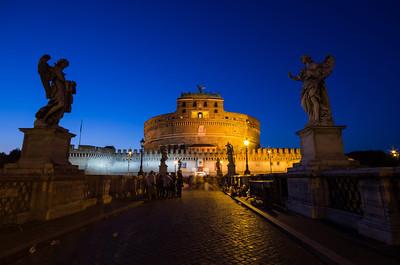 Andělský most přes řeku Tiberu vedoucí k Andělskému hradu nechal postavit císař Hadrián mezi lety 134 – 139 n.l. Hned od počátku byl most ozdoben sochami, o těch nejstarších se ale nedochovaly téměř žádné zprávy.V roce 1535 byly na objednávku papeže Klimenta VII. na mostě vztyčeny sochy apoštolů sv. Petra a sv. Pavla, které byly později doplněny o sochy čtyř evangelistů a sochy Adama, Noema, Abrahama a Mojžíše. V roce 1669 papež Kliment IX. objednal u Berniniho deset soch andělů, které maji symbolizovat Kristovo utrpení. Bernini sám zhotovil pouze 2 sochy, jejichž originály si ale papež nechal ve svých sbírkách.  Tyto sochy byly také o několik desetiletí později inspirací k vytvoření podobné výzdoby Karlova mostu.