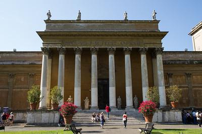 Belvederské nádvoří bylo projektováno již za papeže Julia II. italským architektem Donato Bramantem.