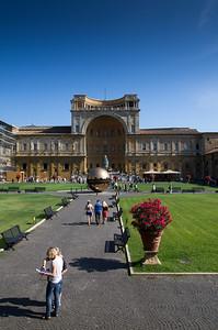 Belvederské nádvoří bylo projektováno již za papeže Julia II. italským architektem Donato Bramantem. Autorem plastiky je itlaský sochař Arnaldo Pomodoro.