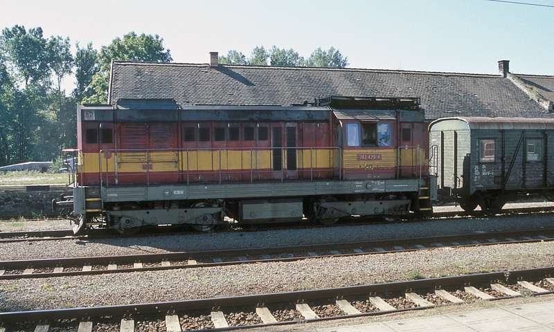 With the unique air cooled electrical package on the roof CD 742-429 is at Svetla on 22 September 2005
