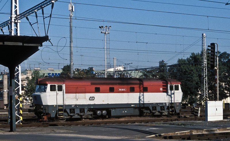 Rebuilt from a Class 751 loco, CD 749-081 pulls into Praha Hlavni on the sunny morning of 22 September 2005