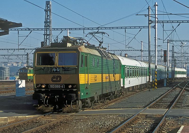 163-066 pulls into Praha Hlavni on 22 September 2005