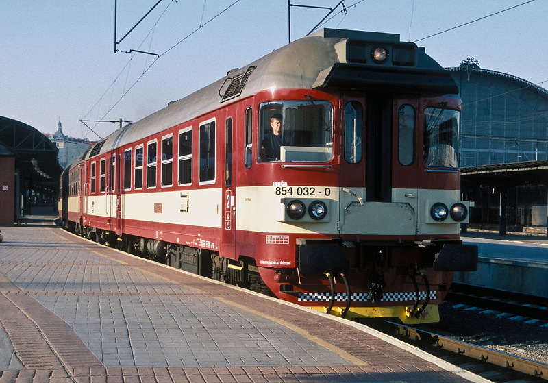 Rebuilt diesel multiple unit CD 854-032 waits to leave Praha Hlavni on 22 September 2005