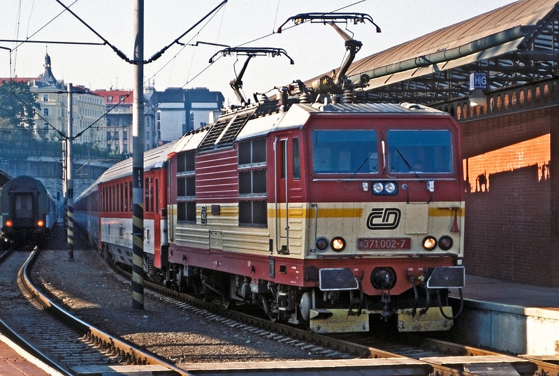 Waiting on the head of a EuroCity service to Germany is CD 371-002 at Praha Hlavni on 22 September 2005
