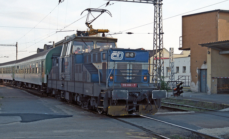 CD 210-052 goes about its business shunting coaches at Ceske Budejovice on 22 September 2005