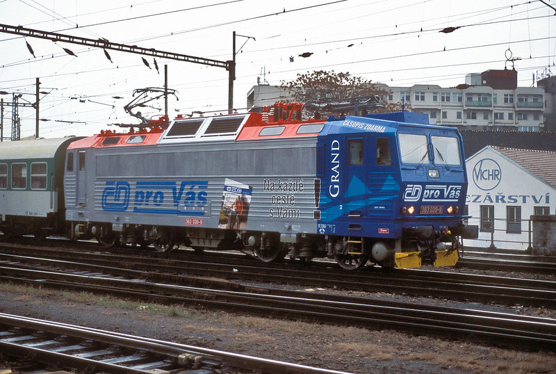 Wearing a new advertising livery CD 363-039 leaves Brno HN with a local passenger service on 6 November 2006