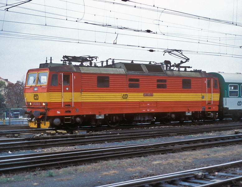 One of only two locos in its single voltage class, CD 263-001 pulls into Brno Hlavni Nadrazi on 6 November 2006