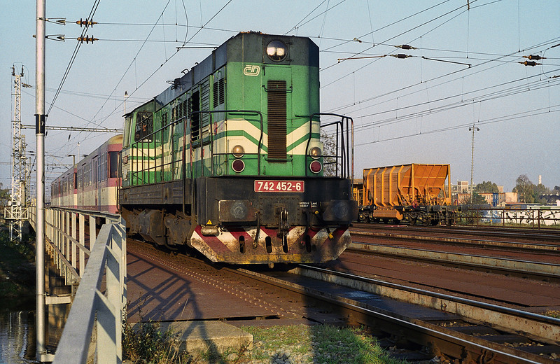 CD 742-452 crosses the river outside Breclav as it leaves with a local passenger service on 7 November 2006