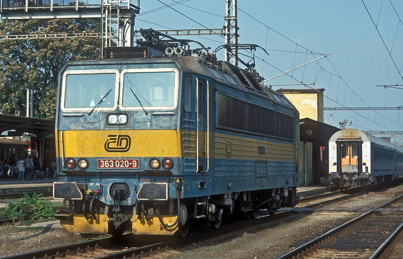 The blue paintwork on CD 363.020 is beginning to fade badly as it detaches from its train at Breclav on 11 October 2007
