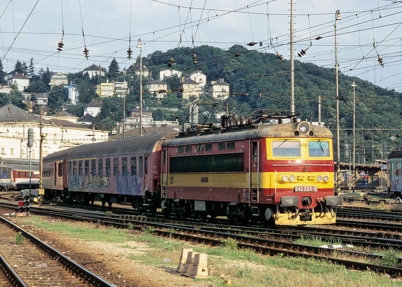 CD 242.233 takes a rake of empty stock out of the station