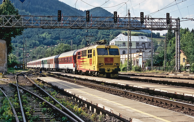 CD 151.014 rushes through Ruzomberok on 29 June 2008 with EC121 from Praha to Kosice