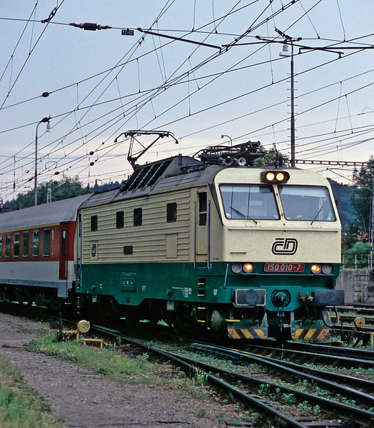 In a bid to equalise the mileage of the Slovak 'Gorillas' which run to Prague CD locos run as far as Kosice - 150.010 runs into Zilina with Ex121 from Prague to Kosice on 26 June 2008