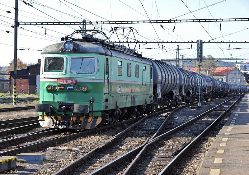 CD 122-008 pulls into Kralupy nad Vitavou yard with a long string of tanks on 22 October 2010