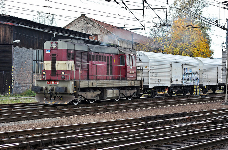 CD 742-393 arrives at Kralupy nad Vitavou with a short freight on 22 October 2010