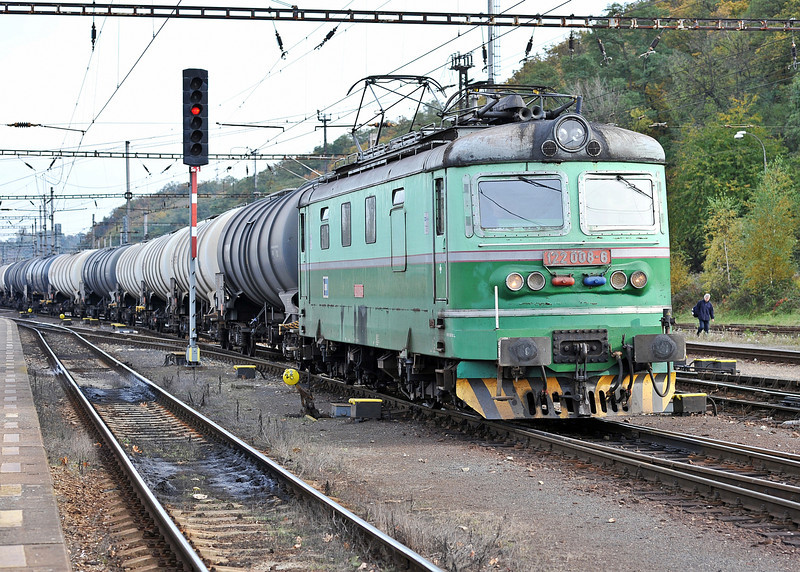 CD 122-008 leaves the yard with another service and heads north at Kralupy nad Vitavou on 22 October 2008