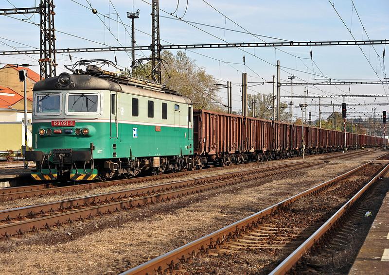 CD Cargo 123-021 heads north through Kralupy nad Vitavou on 22 October 2010