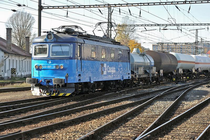 Repainted into the latest CD Cargo livery 122-051 arrives at Kralupy nad Vitavou on 22 October 2010