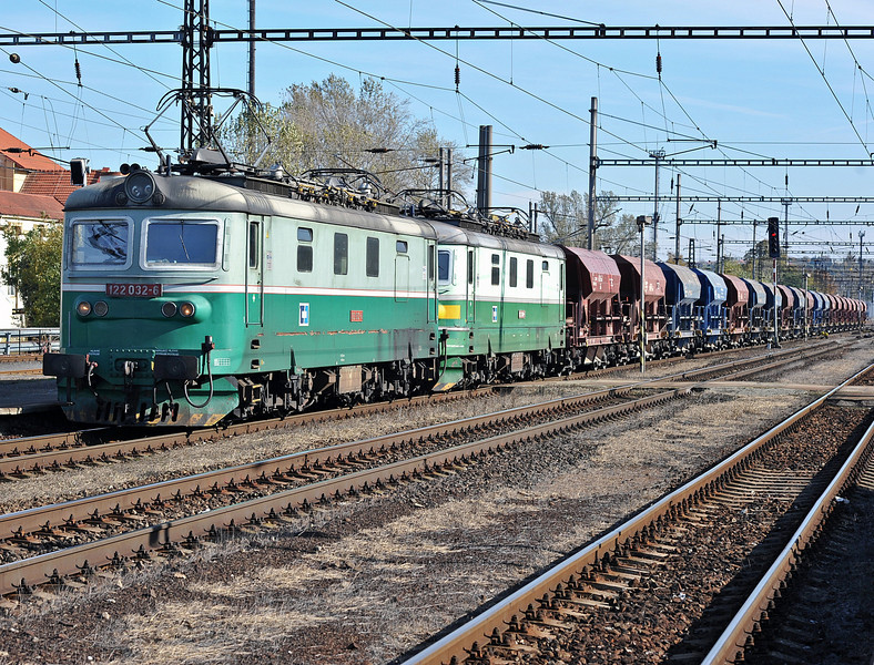 CD 122-032 also has dead 122-004 along for the ride at Kralupy nad Vitavou on 22 October 2010