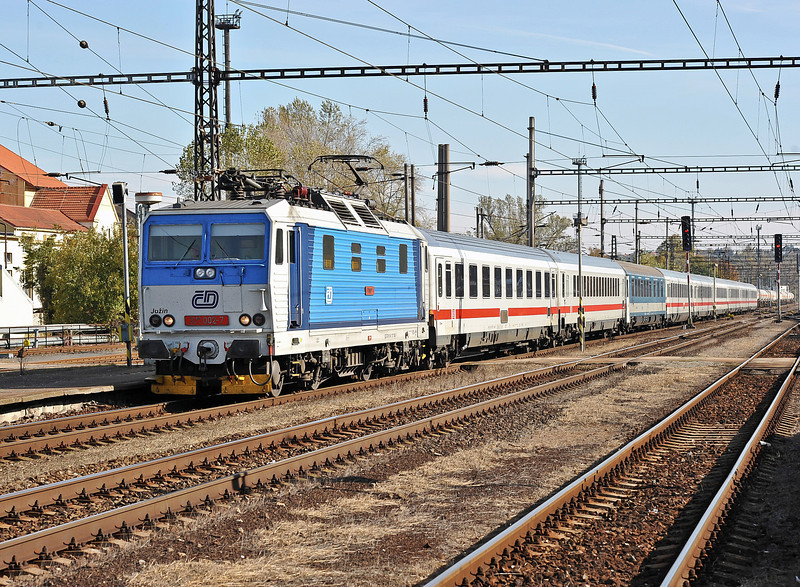 CD 371-002 runs northward through Kralupy nad Vitavou with EC174 from Budapest to Hamburg on 22 October 2010