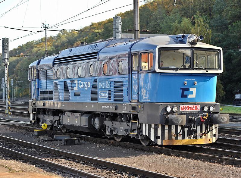 CD Cargo 753-774 runs round at Kralupy nad Vitavou on 22 October 2010