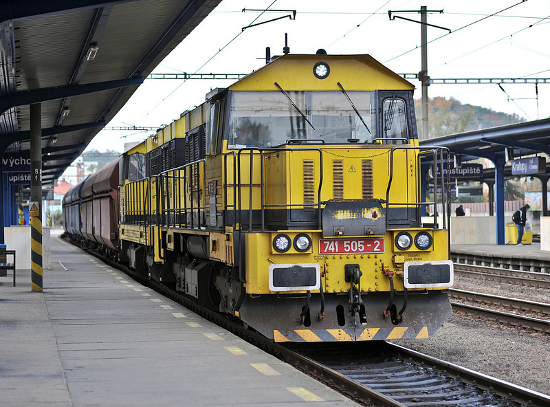 Former Viamont diesels now showing the AWT ownership 741-505 and 741-503 head south through Kralupy nad Vitavou on 22 October 2010