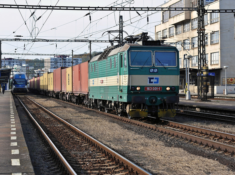 CD Cargo 163-001 wheels a long rake of containers south through Kralupy nad Vitavou on 22 October 2010