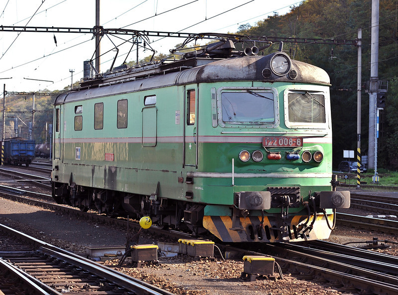 CD 122-008 has run around its train and is now about to drop back onto another service at Kralupy nad Vitavou on 22 October 2008