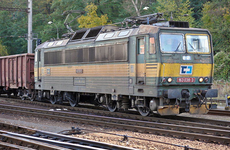 CD 163-038 leaves Kralupy nad Vitavou with a northbound freight on 22 October 2010