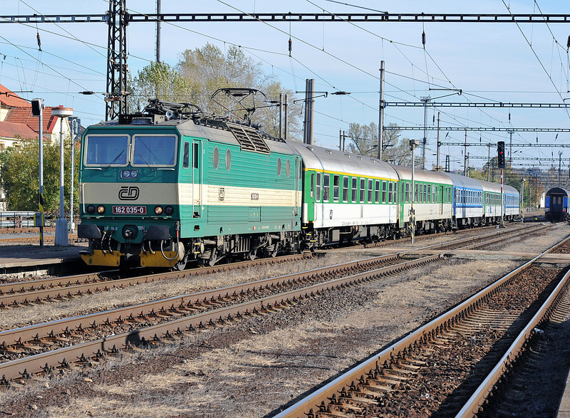 A quick turn-round in Praha sees CD 162-035 heading north through Kralupy nad Vitavou on 22 October 2010