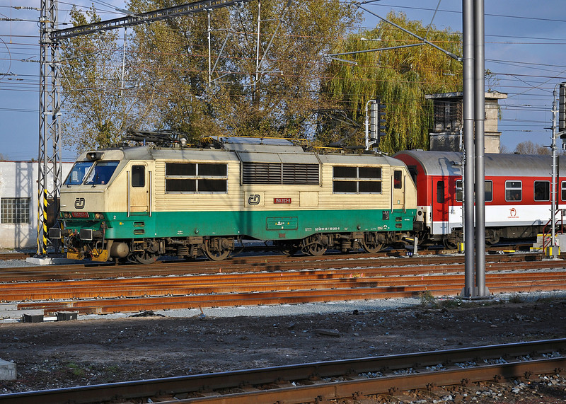 CD 150-203 runs around the back of the station at Kolin on 23 October 2010