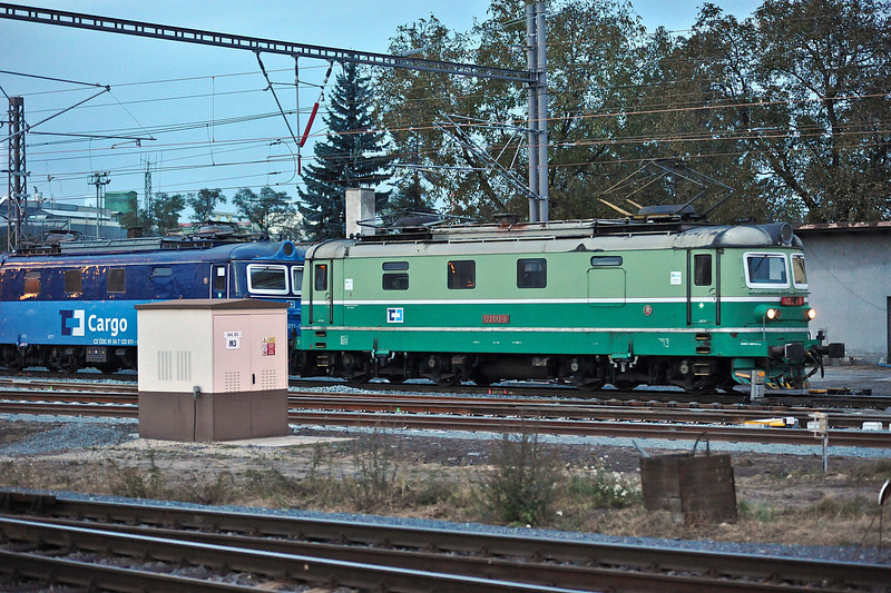 A pairing of CD Cargo 122-012 and 122-011 arrive at Kolin on 23 October 2010 from the Nymburk line