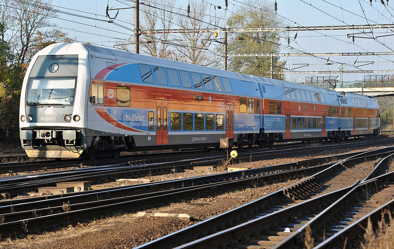 CD 471-042 arrives at Nymburk with a service from Praha on 23 October 2010