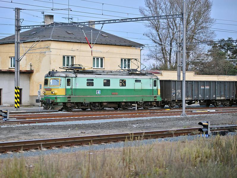 CD Cargo 122-010 heads north at Kolin on 23 October 2010