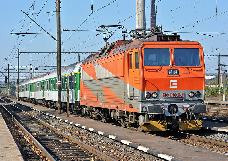 Wearing an advertising livery CD 163-093 arrives at Nymburk with R717 from Usti nad Labem to Kolin on 23 October 2010