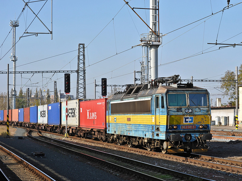 Passing through Kolin on 23 October 2010 with a container service from the Praha line is CD Cargo 363-041