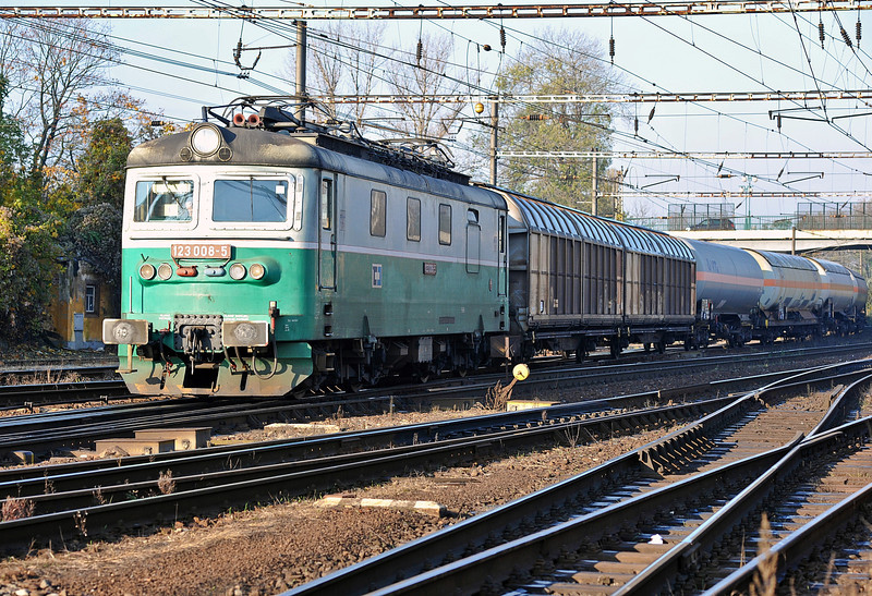 CD 123-008 runs into Nymburk on 23 October 2010 with a freight from the north