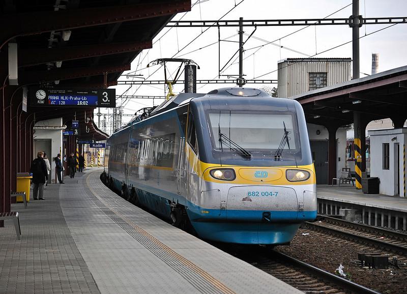 CD Pendolino runs non-stop ( but very slowly!) through Kolin on 23 October 2010