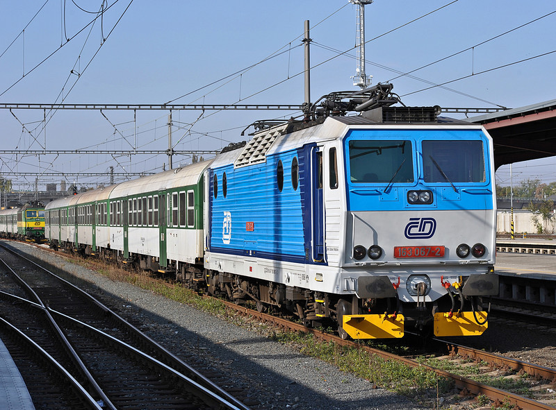 CD 163-067 with the stock for a Monday to Friday service to Pardubice waits at Kolin on 23 October 2010