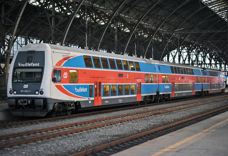 Traditional liveried 471-023 is at Praha Hlavni Nadrazi on 23 October 2010