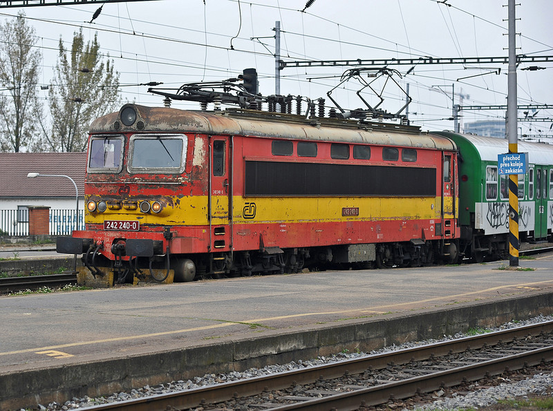 A very tatty looking CD 242-240 arrives at Brno on 24 October 2010