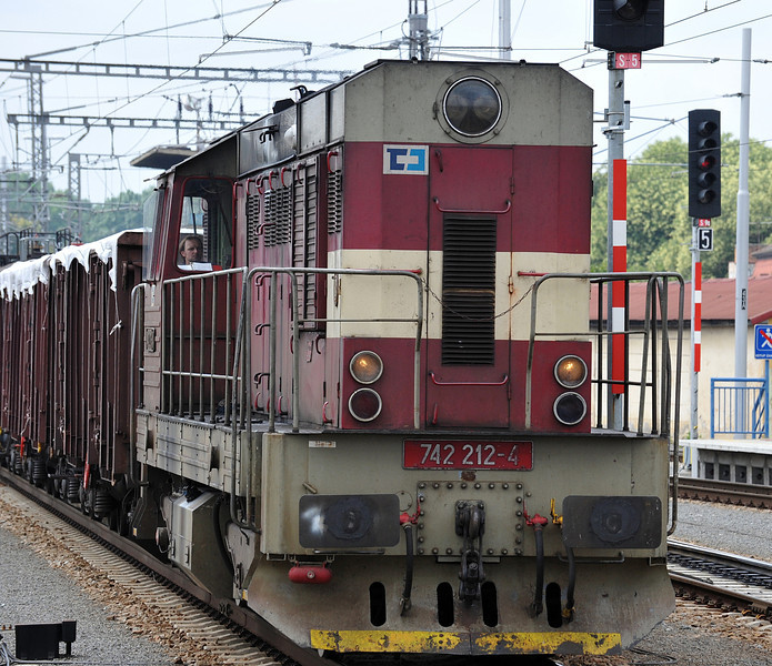 CD Cargo 742-212 clatters through the station from the south with a freight