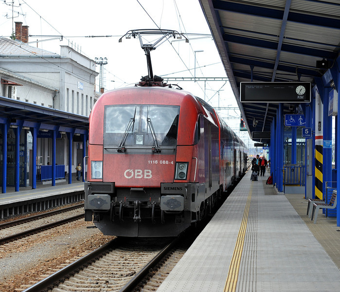 OBB 1116-088 has arrived with R2330 from Payerbach-Reichenau