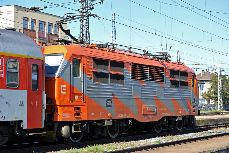 Distinctively liveried CD 151-019 departs with an express for Praha