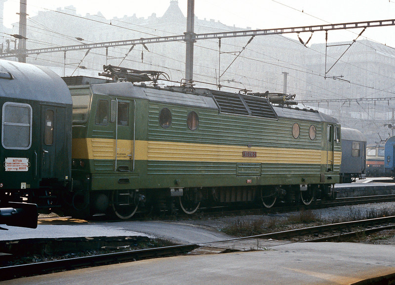 CSD 163-030 is seen in the early morning mist at Praha Hlavni on 30 October 1991