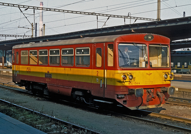A stern look from the driver (photography was still frowned upon at that time) of CSD 810-654 at Kolin on 30 October 1991